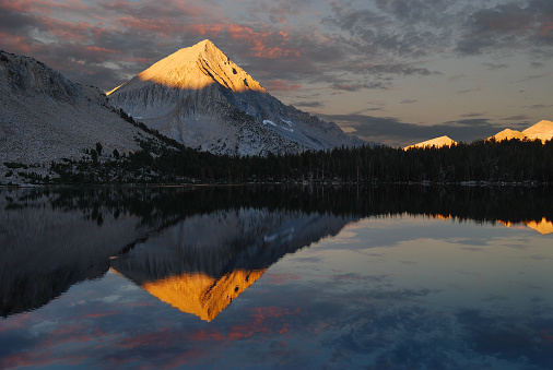 Inyo National Forest「USA, California, Ansel Adams Wilderness Area, Inyo National Forest, Arrow Peak Reflection in Bench Lake」:スマホ壁紙(15)