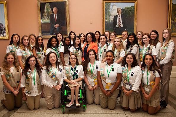 カリフォルニア州「California Legislators Sign Proclamation In Sacramento, California Recognizing 100 Years Of The Gold Award, The Highest Rank In Girl Scouting」:写真・画像(4)[壁紙.com]