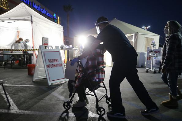 Pushing「San Bernardino Area Hospital Erects Triage Tents Amid Overflow of COVID-19 Patients」:写真・画像(13)[壁紙.com]