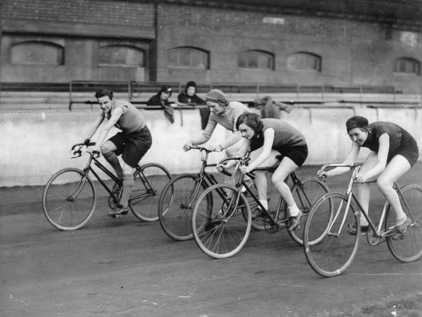 Sports Track「The amateur riders who have turned professional, speeding round the track at Stamford Bridge, during final practise for the their first race. England, Stamford Bridge. Photograph around 1930.  (Photo by Austrian Archives (S)/Imagno/Getty Images)」:写真・画像(6)[壁紙.com]