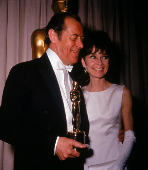 Academy Awards「Rex Harrison Holds Oscar Beside A. Hepburn 」:写真・画像(0)[壁紙.com]