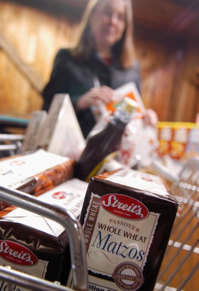 Market - Retail Space「Shoppers Purchase Food For Passover In Pennsylvania」:写真・画像(3)[壁紙.com]