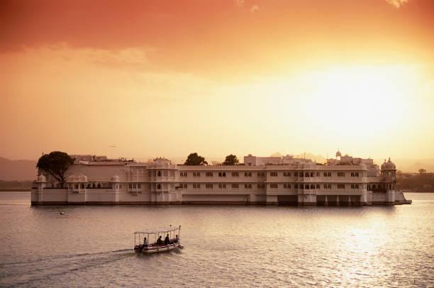 Lake Palace Hotel on Lake Pichola:スマホ壁紙(壁紙.com)
