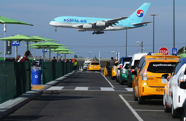 LAX Airport「New Ride App Pick Up Lot At LAX Results In Long Delays In Passenger Pickups From Airport」:写真・画像(2)[壁紙.com]
