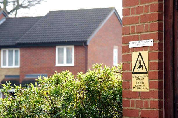 Safety warning sign in housing estate:ニュース(壁紙.com)