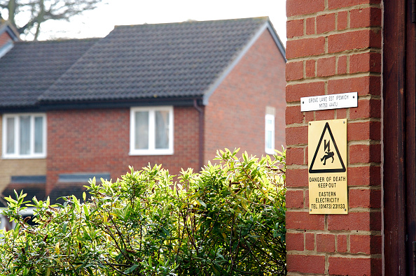 Brick Wall「Safety warning sign in housing estate」:写真・画像(5)[壁紙.com]