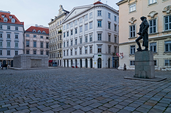 スクエア「Vienna 1. District; Judenplatz Holocaust Memorial And Lessing Statue Memorial At Judenplatz」:写真・画像(15)[壁紙.com]