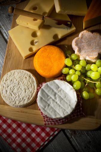 Cheddar Cheese「Cheese platter, different cheese, french cheddar, french soft cheese, french sheep cheese, camembert, emmentaler, and austrian mountain cheese」:スマホ壁紙(18)