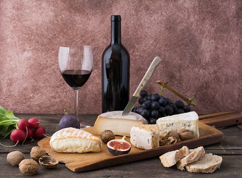 Wine「Cheese platter with camembert, walnut cheese, gorgonzola, taleggio and red wine」:スマホ壁紙(14)