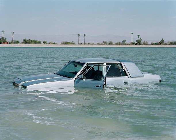 Car floating in lake:スマホ壁紙(壁紙.com)