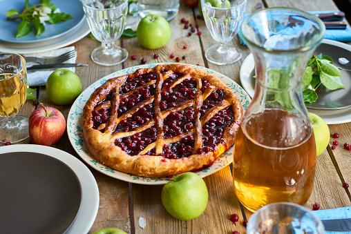 Cherry「素朴な夕食に新鮮な焼きたてパイ」:スマホ壁紙(14)