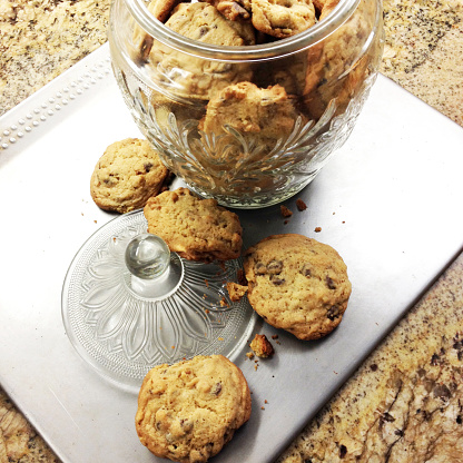 Milk Chocolate「Fresh baked chocolate chip cookies in a cookie jar with the lid off, on a baking sheet」:スマホ壁紙(18)