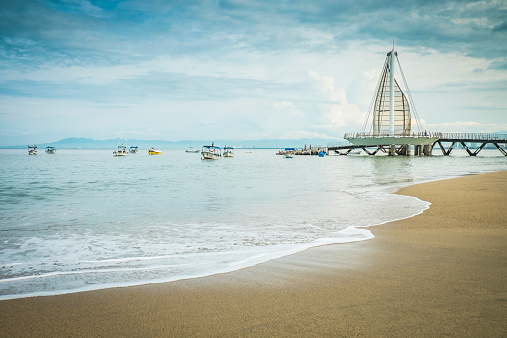 Central America「Mexico, Jalisco, Puerto Vallarta, view to Los Muertos Beach with pier and fishing boats」:スマホ壁紙(0)