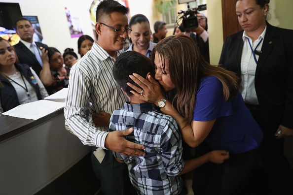 ラテンアメリカ「Immigrant Children Reunited With Deported Parents In Guatemala」:写真・画像(2)[壁紙.com]