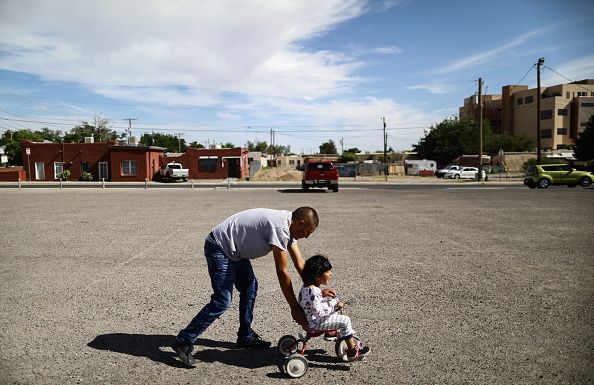 Parent「Swelling Numbers Of Migrants Overwhelm Southern Border Crossings」:写真・画像(10)[壁紙.com]