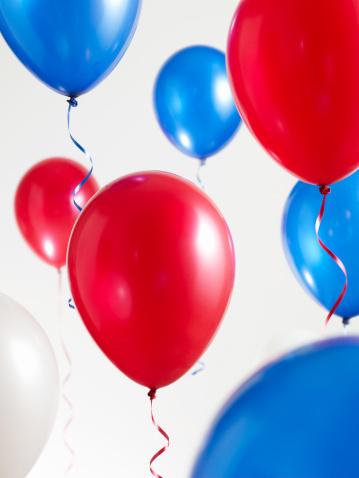 豊富「Red White and Blue Balloons with Streamers」:スマホ壁紙(12)