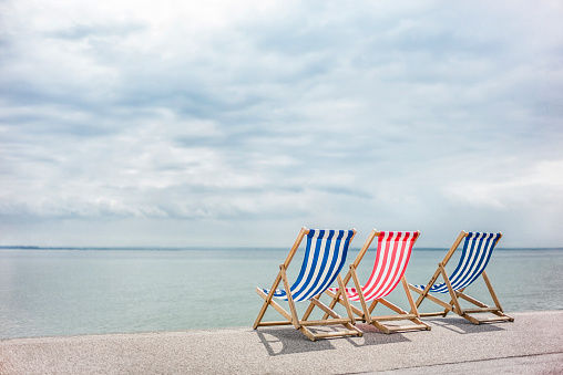 Deck Chair「Red white and blue deck chairs at the sea side」:スマホ壁紙(10)