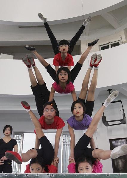 練習「Young Acrobats Of Wuhan Acrobatic Troupe Practise For Performance」:写真・画像(16)[壁紙.com]