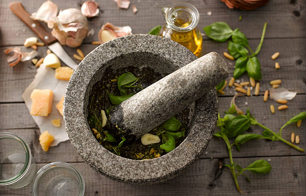 Preparing basil pesto with mortar:スマホ壁紙(壁紙.com)