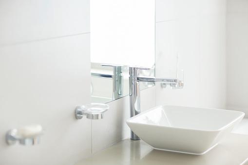 スイセン「Sink in sunny modern bathroom」:スマホ壁紙(8)