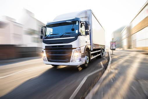 Delivering「White Truck in motion UK street」:スマホ壁紙(19)