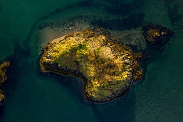 スコットランドの小さな島のトップダウン:スマホ壁紙(壁紙.com)