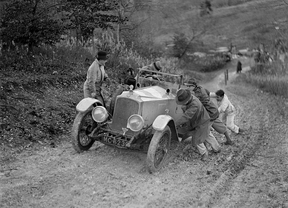 Country Road「EA Beale's Vauxhall 30-98 Velox 4 seater receiving a push during the Inter-Varsity Trial, 1930」:写真・画像(7)[壁紙.com]