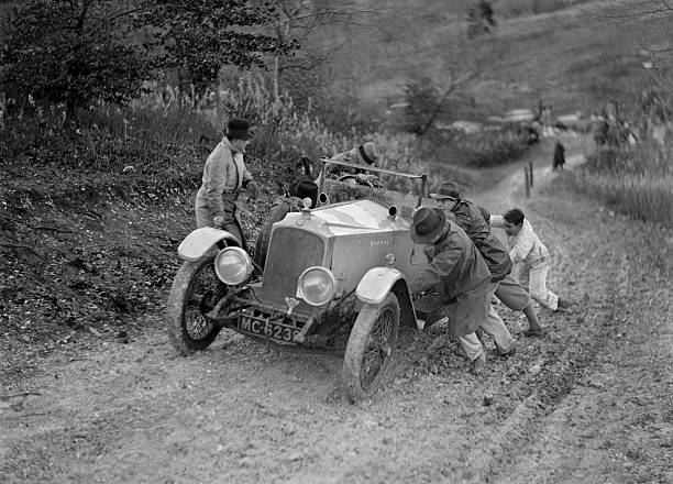 EA Beale's Vauxhall 30-98 Velox 4 seater receiving a push during the Inter-Varsity Trial, 1930:ニュース(壁紙.com)