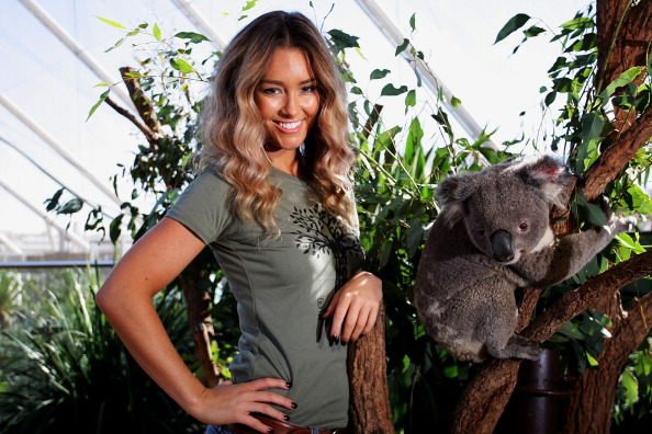 Lisa Maree Williams「Erin McNaught Cuddles Koalas」:写真・画像(8)[壁紙.com]