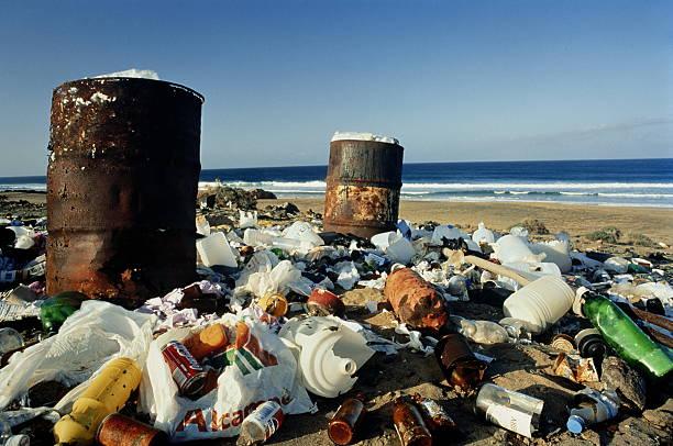 Drums and scattered household debris on deserted beach:スマホ壁紙(壁紙.com)
