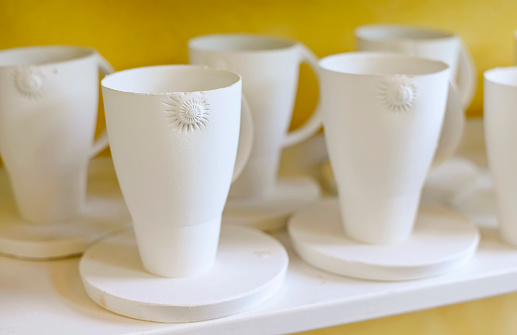Porcelain「Mugs on shelf in porcelain workshop」:スマホ壁紙(6)