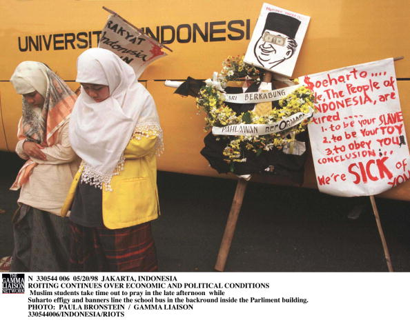 School Bus「Muslim Students Take Time Out To Pray In The Late Afternoon While Suharto Effigy And Banners Line Th」:写真・画像(1)[壁紙.com]