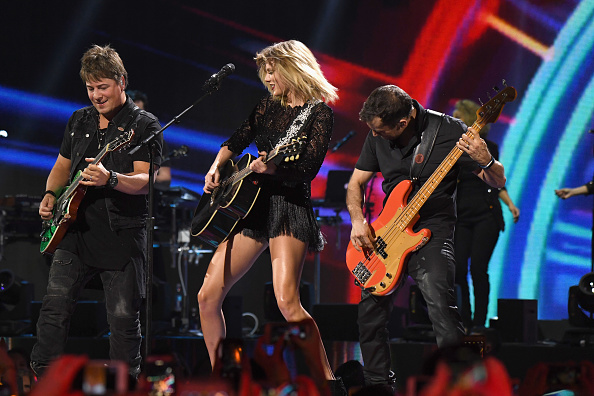 Larry Busacca「2017 DIRECTV NOW Super Saturday Night Concert In Houston - Taylor Swift Performance」:写真・画像(8)[壁紙.com]