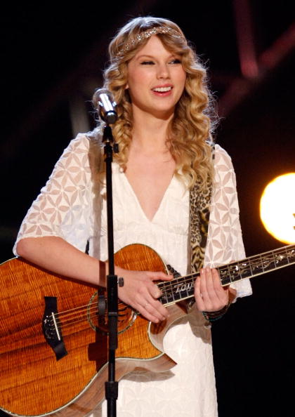Acoustic Guitar「Academy Of Country Music Awards' Artist Of The Decade - Show」:写真・画像(16)[壁紙.com]