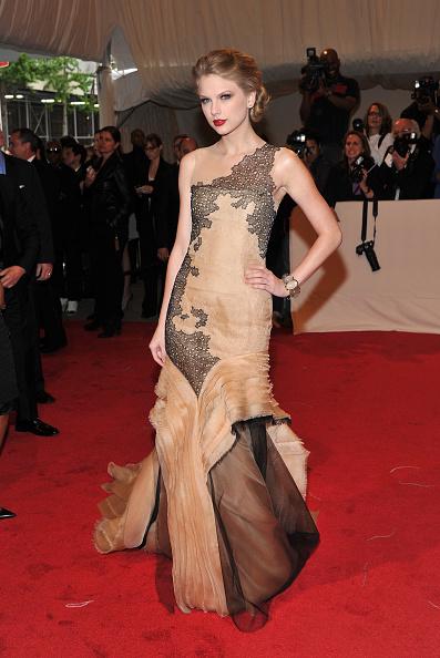 "Layered Dress「""Alexander McQueen: Savage Beauty"" Costume Institute Gala At The Metropolitan Museum Of Art - Arrivals」:写真・画像(12)[壁紙.com]"