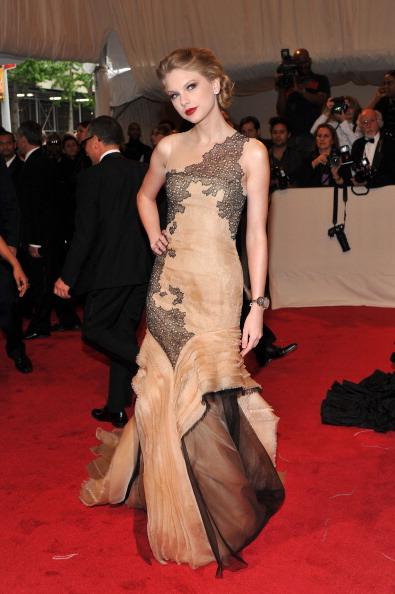 "Layered Dress「""Alexander McQueen: Savage Beauty"" Costume Institute Gala At The Metropolitan Museum Of Art - Arrivals」:写真・画像(13)[壁紙.com]"