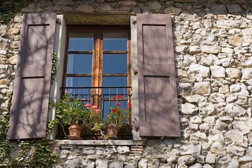 グルノーブル「Window Of An Old Stone-Walled European House」:スマホ壁紙(1)