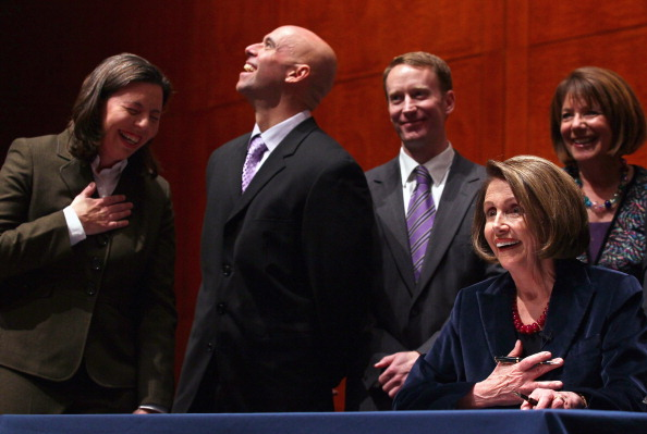 Win McNamee「House Speaker Nancy Pelosi Marks Don't Ask Don't Tell Repeal Legislation With Enrollment Ceremony」:写真・画像(6)[壁紙.com]