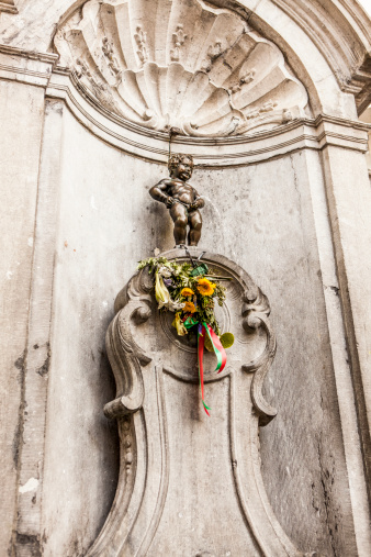 A Helping Hand「Manneke Pis doing what he does」:スマホ壁紙(3)