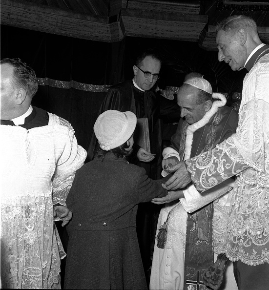 Religious Mass「Pope Paul VI talks to a young girl during the celebration of Mass in St. Peter's Basilica in 1964」:写真・画像(1)[壁紙.com]