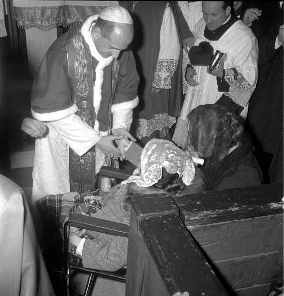 Religious Icon「Pope Paul VI holds the hand of a young girl during the celebration of Mass in St. Peter's Basilica in 1964」:写真・画像(3)[壁紙.com]