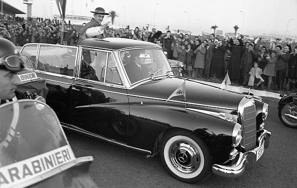 Religious Icon「Pope Paul VI greets the crowd in Fiumicino 1964」:写真・画像(0)[壁紙.com]