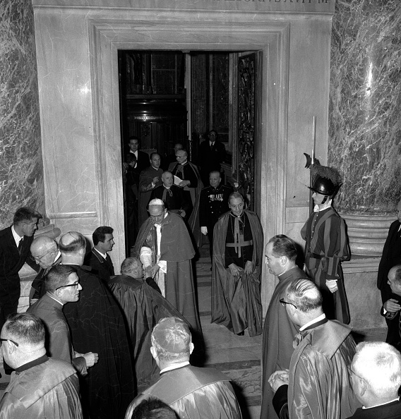 Religious Mass「Pope Paul VI after the mass celebration in St. Peter's Basilica in 1964」:写真・画像(14)[壁紙.com]