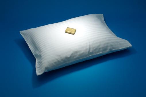 チョコレート「Small chocolate on a white pillow」:スマホ壁紙(12)