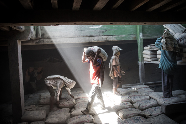 Cement「Paotere Harbor's Porters Struggle With Long Hours And Low Pay」:写真・画像(13)[壁紙.com]