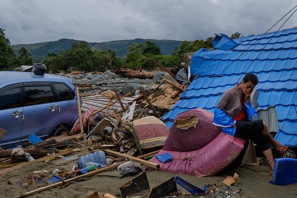 座る「Flash Floods Hit Indonesia's Papua Province」:写真・画像(4)[壁紙.com]