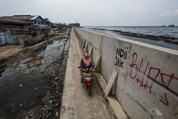 Riding「Indonesia Tackles Rising Waters At Jakarta's Sinking City」:写真・画像(12)[壁紙.com]