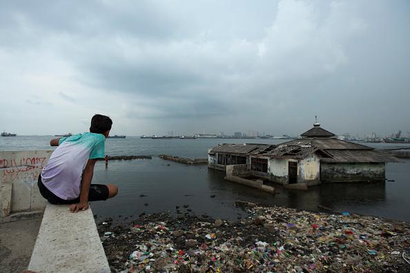 Jakarta「Indonesia Tackles Rising Waters At Jakarta's Sinking City」:写真・画像(18)[壁紙.com]