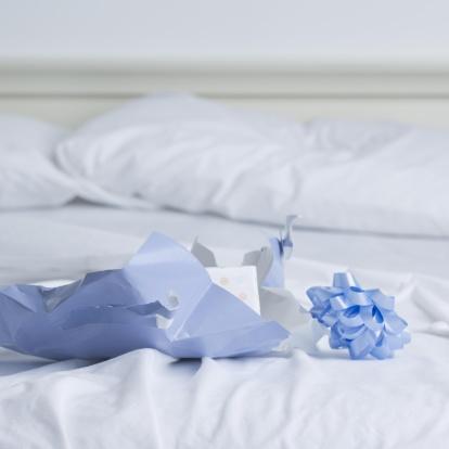 Motel「Unwrapped gift box on bed」:スマホ壁紙(3)