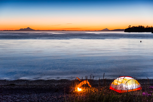 炎「Lit tent and campfire on the beach at twilight, Hesketh Island, Homer, Southcentral Alaska, USA」:スマホ壁紙(9)